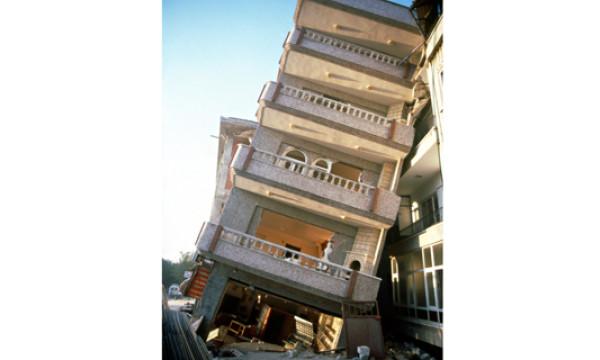 Gebäudeschaden durch Bodenverflüssigung<br /> beim Izmit Erdbeben 1997 in der Türkei