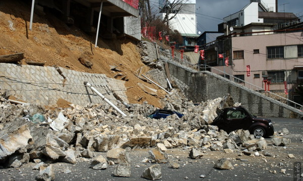 Versagen einer Stützmauer bei einem Erdbeben in Japan