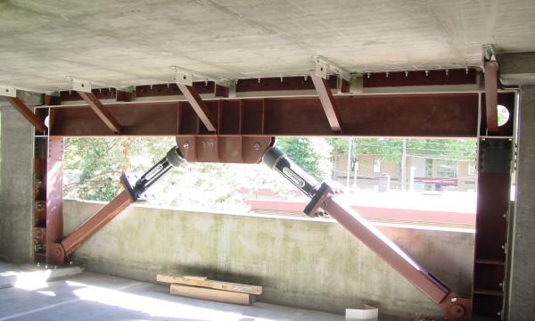 Erdbebenverstärkung eines Parkhauses in<br />den USA mit Dämpferelementen